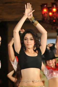 Tamanna-Hot-Navel-in-its-Entertainment-Movies-02
