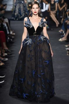 The complete Elie Saab Fall 2016 Couture fashion show now on Vogue Runway. Elie Saab Couture, Couture Mode, Style Couture, Couture Fashion, Runway Fashion, Fashion Show, Fashion Design, Fashion Goth, Juicy Couture