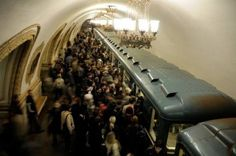 El metro de Moscú, más grande del mundo, con 9 millones de usuarios diarios, cumple 80 años, producto de la era comunista soviética, que se quiso borrar de la historia, por intereses creados, cómo si no hubiese existido. Tras la revolución bolchevique y la guerra civil,  la URSS, emerge del oscurantismo de la Rusia zarista, con millones de miserables, hambrientos, analfabeta, y con un nivel de producción medieval; convirtiéndose en una de las grandes potencias industriales, científica…