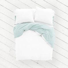 Geef je slaapkamer een frisse, nieuwe look met de Aqua Azalea cocosheets. Het gecertificeerde, satijn geweven Egyptische katoen voelt heerlijk zacht op de huid en laat jou 's nachts de mooiste dromen beleven. De Aqua Azalea heeft twee verschillende zijdes in twee bijzondere kleuren: wit en licht pastel turquoise. Speel met je slaapkamerinterieur door de kleuren creatief te combineren.