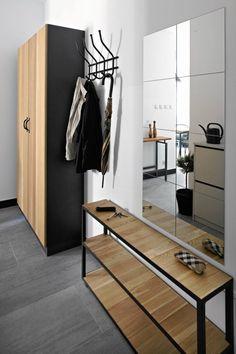 W przedpokoju wykorzystano ten sam pomysł co w sypialni - szafę zestawiono ze słupków przeznaczonych do zabudowy kuchennej. Szafkę na buty zastępuje prosta półka.