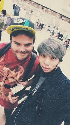 SHINee's Jonghyun Meets 'School Of Rock' Jack Black! http://www.kpopstarz.com/articles/147311/20141206/shinee-jonghyun-meets-school-of-rock-jack-black.htm
