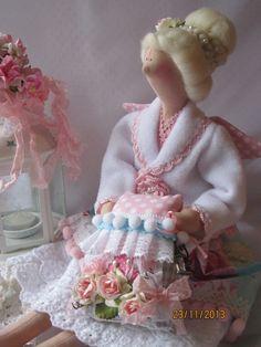 Casaco branco com detalhe com crochê rosa.