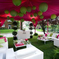 Velos árabes de color rosa y lámparas de papel de color verde lima para un coctel  lounge.