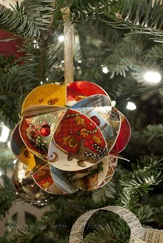 Handmade Christmas globe ornaments! She made it with old Christmas cards, what a splendid idea, definitely something to do in the future.