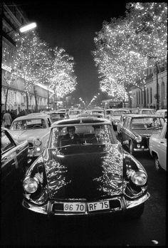 """frenchcurious: """"Citroën DS, Paris 1967 - source Another Vintage Point. Citroen Ds, Psa Peugeot Citroen, My Dream Car, Dream Cars, Gta San Andreas, Old Paris, Magnum Photos, Amazing Cars, Paris France"""