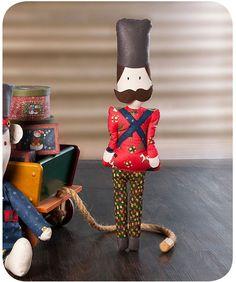 Material: • 60x30cm de tecido Coats Corrente – cor 70100 (creme); • 90x30cm de tecido Coats Correntenatalino – cor 18172 (vermelho); • 2 tiras de 20x4cm de tecido Coats Corrente natali…