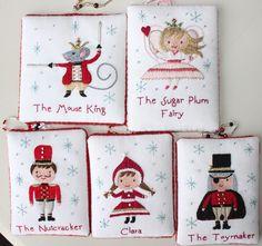 Stich Nussknacker Ornamente und Dekorationen! Diese Stickerei Muster Sammlung Funktionen der fünf Hauptfiguren aus der Nussknacker-Geschichte. Jedes