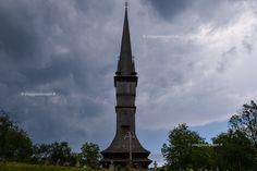 L'alta torre campanaria della chiesa di legno di Surdesti, viaggio in #Romania #rainbowRTW