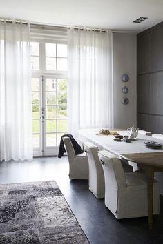 Lichtdoorlatende gordijnen met stijvolle ringen van bece® #gordijnen #curtains #raamdecoratie #bece