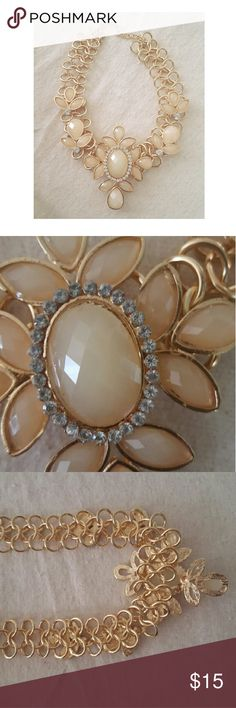 🎉HP 8/24 🎉 Flower necklace Beautiful detailed necklace  Great statement peice* NWOT Jewelry Necklaces