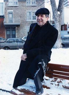 PHOTO JEAN GOUPIL, LA PRESSE Leonard Cohen devant sa résidence en novembre 1992