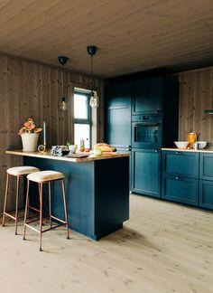Fargelansering: Bli inspirert av norske naturfarger - Byggmakker Kitchen Island, Kitchens, Cottage, Cabin, Furniture, Design, Home Decor, Modern, Island Kitchen