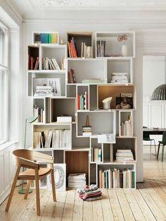 Une bibliothèque composée de cubes déstructurés.