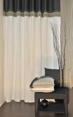 Rideau en lin bicolore écru/carbone. Finition galon à franges pour apporter sa touche déco