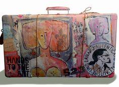Titolo: Viaggio in Arte. Tecnica: Mista .Valigia ,corde ,applicazioni ,Acrilici, Smalti. Anno: 2011 . Autore: Lino Lanaro .