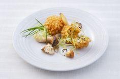 Knusprige Polenta-Knödel mit sautierten Pilzen und Knoblauch-Dip