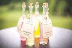 Nalewki, jako pomysł na prezent dla gości. Buteleczki miały pojemność 100 ml. Na każdej podziękowanie skierowane do konkretnego gościa :)