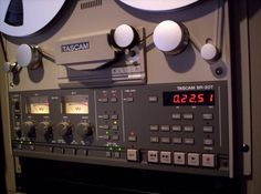 Magnétophone - Reel to reel - Tascam BR-20T - Remix Numérisation - www.remix-numerisation.fr - In 1992, the BR-20T was released, and was to be the last reel to reel recorder Tascam made. It was in production up to around 2004.