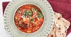 Stora köttbullar med tomatsås och vita bönor