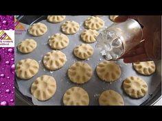 Ağızda Dağılan Pastane Un Kurabiyesi değişik sadece bir bardakla şekillendirilen kurabiye yapmak istermisiniz hadi tarife bakalım Gerekli Malzemeler 2 su bar... Ginger Bread Cookies Recipe, Cookie Recipes, Dessert Recipes, Rugelach Recipe, Homemade Pastries, Biscotti Cookies, Gateaux Cake, Food Garnishes, Bread Cake