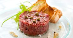 This steak tartar looks like a plate from a five star restaurant. But you can do it yourself in just 15 minutes! Get your bottle of extra virgin olive oil from Spain ( and get ready to enjoy a dinner fit for a king by the best chef in the world 😉 Steak Tartare, Beef Kabob Recipes, Steak Recipes, Boeuf Angus, Tartare Recipe, My Favorite Food, Favorite Recipes, Meat Steak, Gastronomia