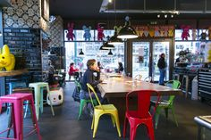 Hotspot! Toykio in Dusseldorf. Een bijzondere plek om een heerlijke koffie te drinken en te genieten van een rijkelijk belegde bagel of frozen yoghurt!