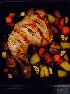 Olijfolie, honing, kipfilet/kippenpoot/kippenmoot, rode kriel aardappel, rode ui, oranje wortel, paarse wortel, pastinaak, rozemarijn en/of tijm, peper en zout.  Kook de rode kriel 10 minuten in een pan. Snij de groente. Doe de ui, groente en gekookte kriel in een ovenschaal. olijfolie (4el) en honing (1el), zout en peper, 3/4 hiervan over de groente/ kriel gieten. Maak inkepingen in de kip. Giet de overgebleven dressing over de kip en verdeel de rozemarijn/ tijm in ovenschaal. +-50 min 190•