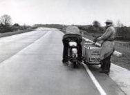 Motorfiets met zijspan van de ANWB Wegenwacht op de autoloze Zondag. 1956