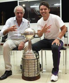 D'Onofrio y Gallardo posaron sonrientes, como tantas otras veces, con la Libertadores. Es el máximo título juntos y así lo disfrutan... Plates, Carp, Mariana, Licence Plates, Plate, Dish, Common Carp, Dishes, Plate Racks