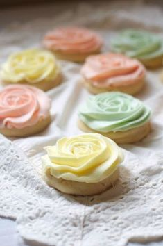 Pastel Rose Sugar Cookies Aren't they pretty?s on cupcakes would be too. Easter Cookies, Cupcake Cookies, Sugar Cookies, Cookies Et Biscuits, Rose Cookies, Flower Cookies, Cookie Bouquet, Cookie Favors, Baby Cookies