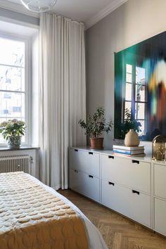 Kunskapstavlan loves bedrooms with smart and functional storage. A yellow blanket om Top of the bed makes the bed more stylish. När smart förvaring blir till snygg funktionalitet blir det som allra bäst, precis som här.