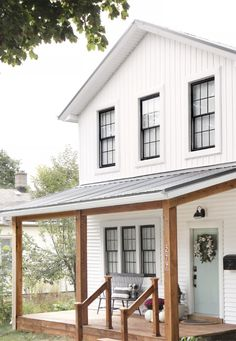 Top 10 White Farmhouse Exteriors Thinking of moving to the country, or maybe you just want to dream a little bit.I've got a round-up of Top 10 White Farmhouse Exteriors. All with unique roof lines, porch styles, doors, and even windows. White Farmhouse Exterior, White Exterior Houses, Farmhouse Homes, Exterior Paint, Farmhouse Style, Black Windows Exterior, Farmhouse Ideas, Farmhouse Design, Farmhouse Decor