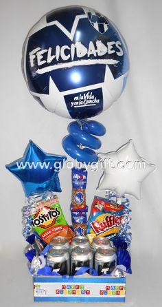 El regalo ideal para un Rayado de corazón, arreglo de globos de Rayados con cerveza y botana.