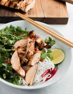 Vietnamese lemongrass chicken noodle bowl close up Best Curry, Rice Paper Rolls, Rice Vermicelli, Noodle Bowls, Marinated Chicken, Vietnamese Recipes, Noodle Recipes, Cookbook Recipes, Lemon Grass