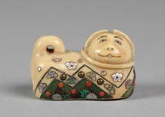 Нэцке из детская игрушка кошка Дата: 18-19 веков Культуры: Япония Средняя: Цвет слоновой кости с инкрустацией из перламутра и цветных камней Размеры: H. 1. (2,5 см); W. 1 3/8 дюйма. (3,5 см)