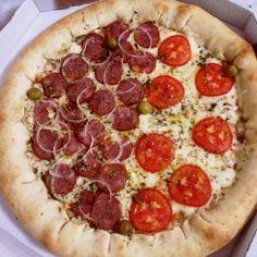 Pizza Calabresa e mussarela com borda de catupiry. Yummy!