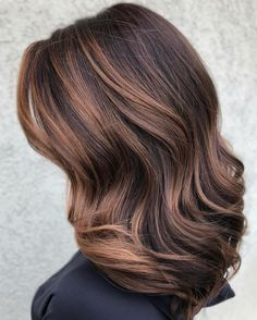Amazing Sun-kissed Chocolate Brown Hair Colors in 2019 Find here amazing shades of sun-kissed chocolate brown hair color ideas for You must see here and choose this unique brown hair color for more attractive hair looks on various events in this year. Balayage Brunette, Hair Color Balayage, Ombre Hair, Wavy Hair, Hair Color Pink, Brown Hair Colors, Coffee Brown Hair, Coffee Hair Color, Brown Hair Cuts