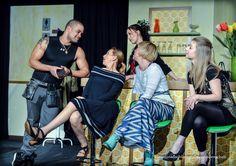 """""""Ah - die Damen, was darf's denn sein?"""" - Szene aus """"Was Frauen wollen"""" im Theater Neu-Ulm."""