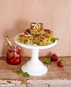Mansikkablondiet on kesän varma kahvipöydän hitti. Ihana makukolmikko syntyy valkosuklaasta, mansikoista ja pistaasipähkinöistä.