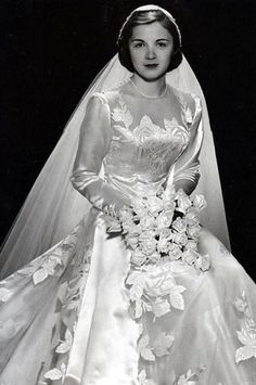 All brides dream about having the most appropriate wedding day, however for this they need the most perfect bridal wear, with the bridesmaid's dresses actually complimenting the brides dress. Here are a few tips on wedding dresses. Chic Vintage Brides, Vintage Wedding Photos, Vintage Bridal, Vintage Weddings, Lace Weddings, Country Weddings, Vintage Outfits, Vintage Gowns, Vintage Wedding Gowns