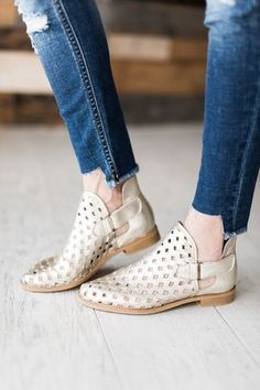 30 Comfy Shoes To Add To Your Wardrobe shoes booties ankleboots boots 671528994415418298 Women's Shoes, Me Too Shoes, Shoe Boots, Pretty Shoes, Cute Shoes, Comfy Shoes, Comfortable Shoes, Silver Flat Shoes, Shoe Wardrobe