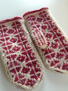 Ravelry: Icy Water pattern by Muraka Mari - Free Pattern Knitted Mittens Pattern, Fair Isle Knitting Patterns, Knit Mittens, Knitting Charts, Knitted Gloves, Hand Knitting, Fingerless Mittens, Wrist Warmers, Knitting Accessories