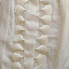 Gola da camisa Gloria Coelho disponível no site e na loja física com muito carinho. Carrega o símbolo do infinito no aplique de cetim de seda e é linda para combinar com saias e calça justa. www.malumodas.com http://ift.tt/29Ss7Qh #moda #campinas #grife #modabrasileira