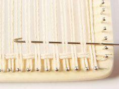 Passo n.º 1 / Step nr 1 (normalmente trabalha-se com fio duplo) Amarrar a linha no 1º prego do canto inferior esquerdo. (us...