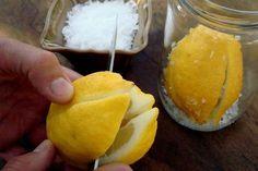 Έχω στον πάγκο μου μια γυάλα με λεμόνια παστά και κάθε φορά που κάνω μαρινάδα για αρνί, κότα ή κουνέλι πετάω στο μπλέντερ 2-3 κομμάτια από τη μαλακιά, ψημένη στο αλάτι λεμονόφλουδα - δεν μπορώ να φανταστώ την κουζίνα μου χωρίς αυτά!