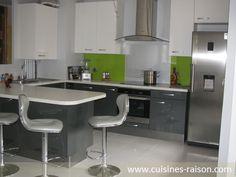 Une cuisine en U avec un coin-repas pour 4 personnes