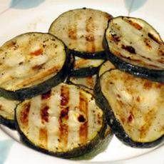 Zucchini in scheiben Schneiden und in Olivenöl anbraten