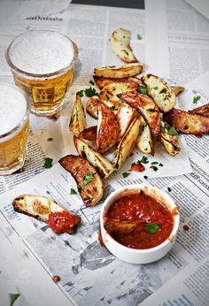 Baked potatoes with garlic Beer Magazine, Chicken Wings, Hummus, Pesto, Good Food, Favorite Recipes, Baked Potatoes, Baking, Health