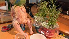 Kylling på ølboks - Kyllingen er fylt med urter og tres ned på en halvfull ølboks før den settes på grillen. Oppskrift fra Lise Finckenhagen. Frisk, Turkey, Chicken, Meat, Food, Turkey Country, Essen, Meals, Yemek